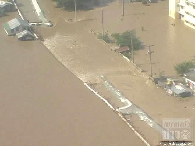 Ping river overflows flood levee to inundate nakon sawan downtown