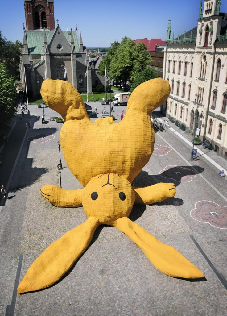 Street Art-florentijn-hofman_big-yellow-rabbit_2011_copy-openart-736x1024