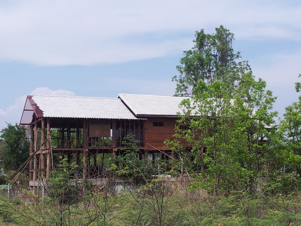 Traditional thai wood house build...-2012-05-03woodhousesideview-jpg