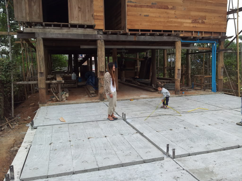 Traditional thai wood house build...-2011-12-28precastfloor-jpg