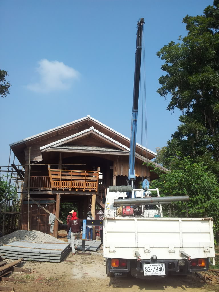 Traditional thai wood house build...-2011-12-27crane-jpg