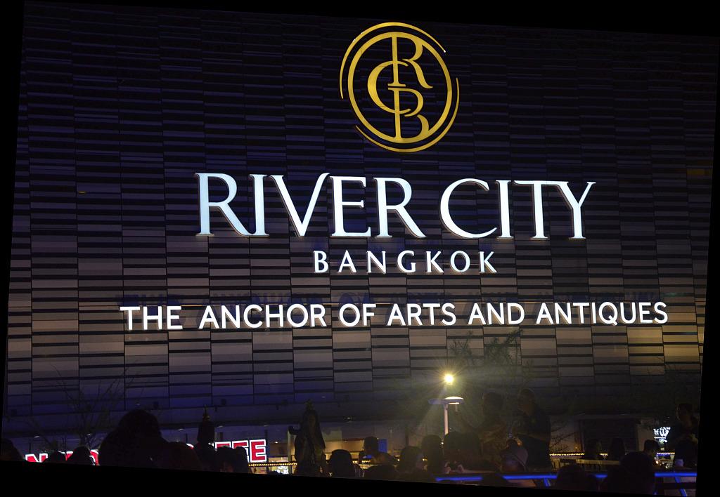 A tourist view of Bangkok-river-cruise-departure-jpg