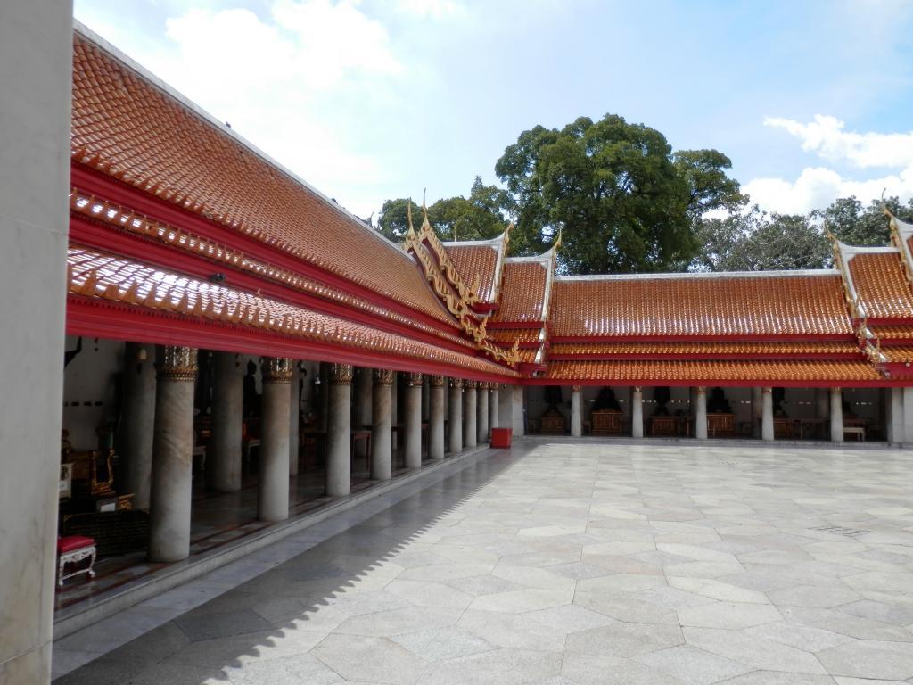 Wat Benchamabophit ... The Marble Temple-p9110054-jpg