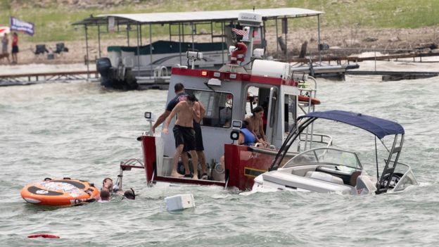 Several boats sink at pro-Trump parade in Texas-_114259158_2172b929-84a1-42cf-8c9f-f01641ffae69-jpg